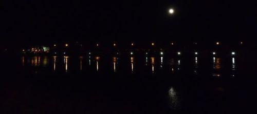 El Duero a su paso por Zamora, iluminado por unas pocas luces y por la luna llena