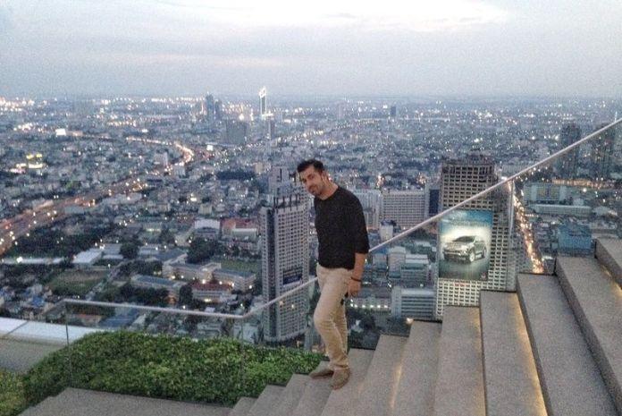 """Javi en la terraza del Lebua, el hotel que aparece en la película """"Resacón 2. Ahora en Tailandia"""""""