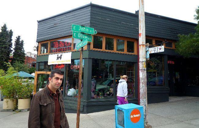 Javi en la puerta del B&O Espresso (Capitol Hill, Seattle)