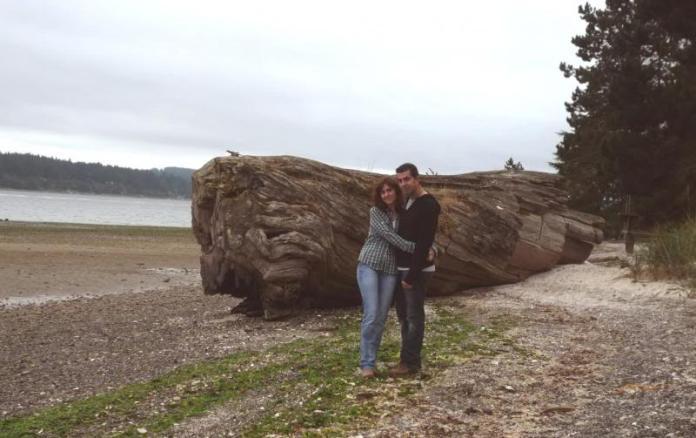 Nosotros junto al tronco en que apareció el cuerpo de Laura Palmer (Twin Peaks)