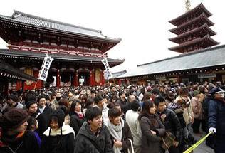 Gente agolpada en Senso-ji en el nuevo año (Shizuo Kambayashi-Foto AP)