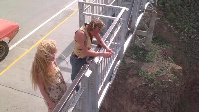 """Woody Harrelson y Juliette Lewis en el Puente sobre la garganta del Río Grande en """"Asesinos Natos"""" (""""Natural Born Killers"""", 1994)"""