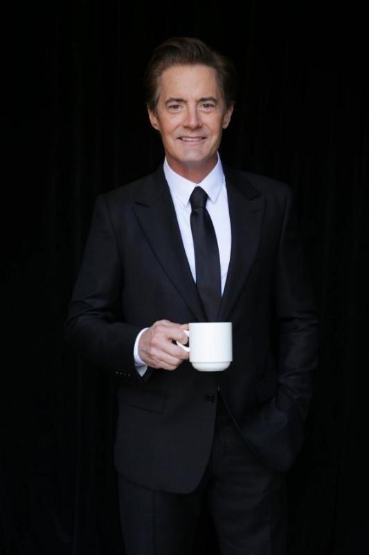 Kyle MacLachlan posando con una taza de café para anunciar que se une al proyecto de una tercera temporada de Twin Peaks