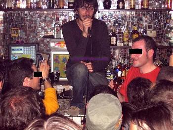 Xoel y su ego subidos a la barra, cantando un tema