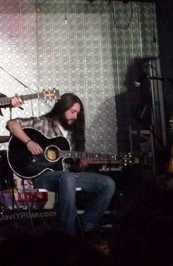 Rubén, guitarra solista de los ARIZONA BABY que además guarda un enorme parecido con Chris Robinson, de los BLACK CROWES, ¿verdad?