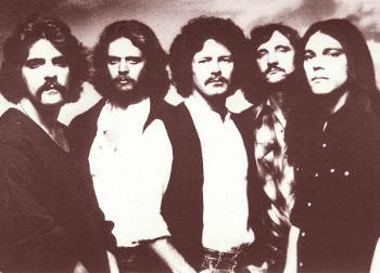 "EAGLES (formación de ""Hotel California"", 1977): Glenn Frey, Don Felder, Don Henley, Joe Walsh y Tim Schmit"