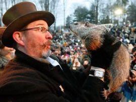 Ben Hughes sostiene a la marmota Phil tras sacarla de su madriguera. 2 de febrero de 2010 (Foto: Gene J. Puskar-AP)