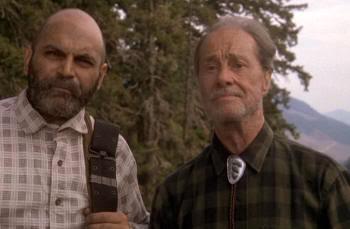 """Don Ameche (a la derecha). Big Foot y los Henderson (""""Harry and the Hendersons"""", 1987)"""