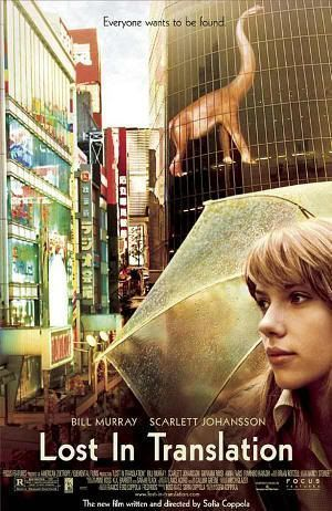 """Scarlett Johansson con un paraguas transparente en Shibuya (Tokio). Cartel de la película """"Lost In Translation"""""""