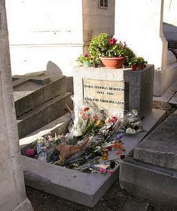 Tumba de Jim Morrison en el cementerio de Pere Lachaise (París)