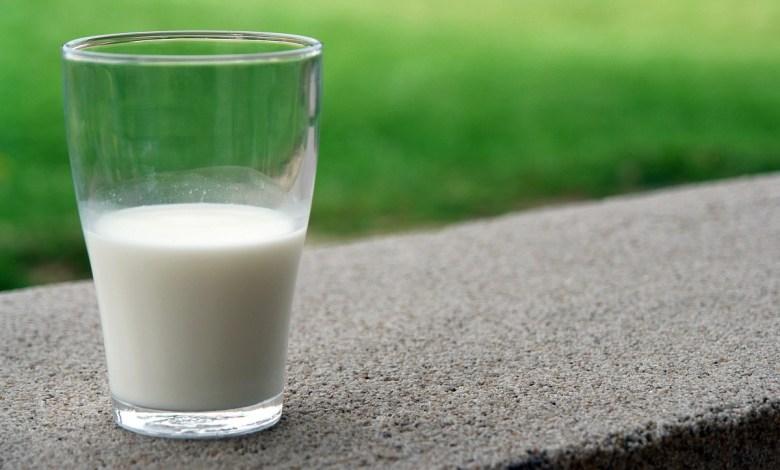 فوائد الحليب للبشرة عند شربه قبل النوم