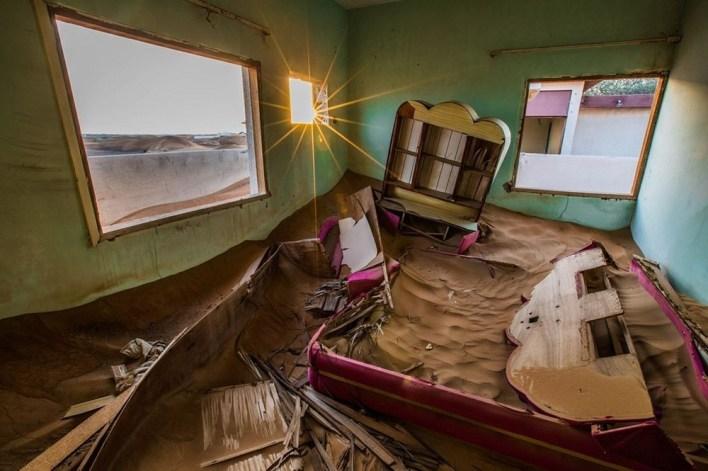 يرى البعض أن سكان قرية المدام تخلوا عنها بسبب نقص البنية التحتية اللازمة مثل المياه والكهرباء
