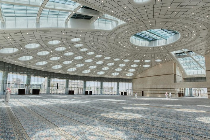 مسجد تتوسطه قبة كبيرة بلا أعمدة