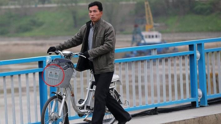 الدراجات الهوائية تحمل لوحات شبيهة بنظيرتها التي تُوضع على السيارات