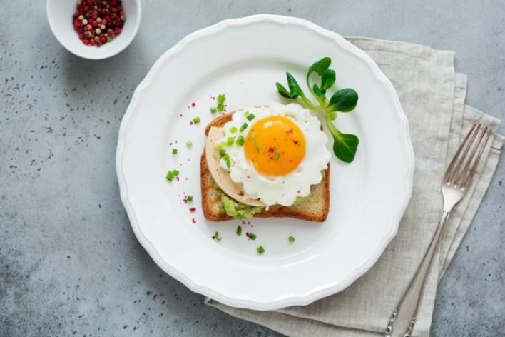 النجم الجامايكي يوسين بولت يتناول شطيرة البيض عند الصباح