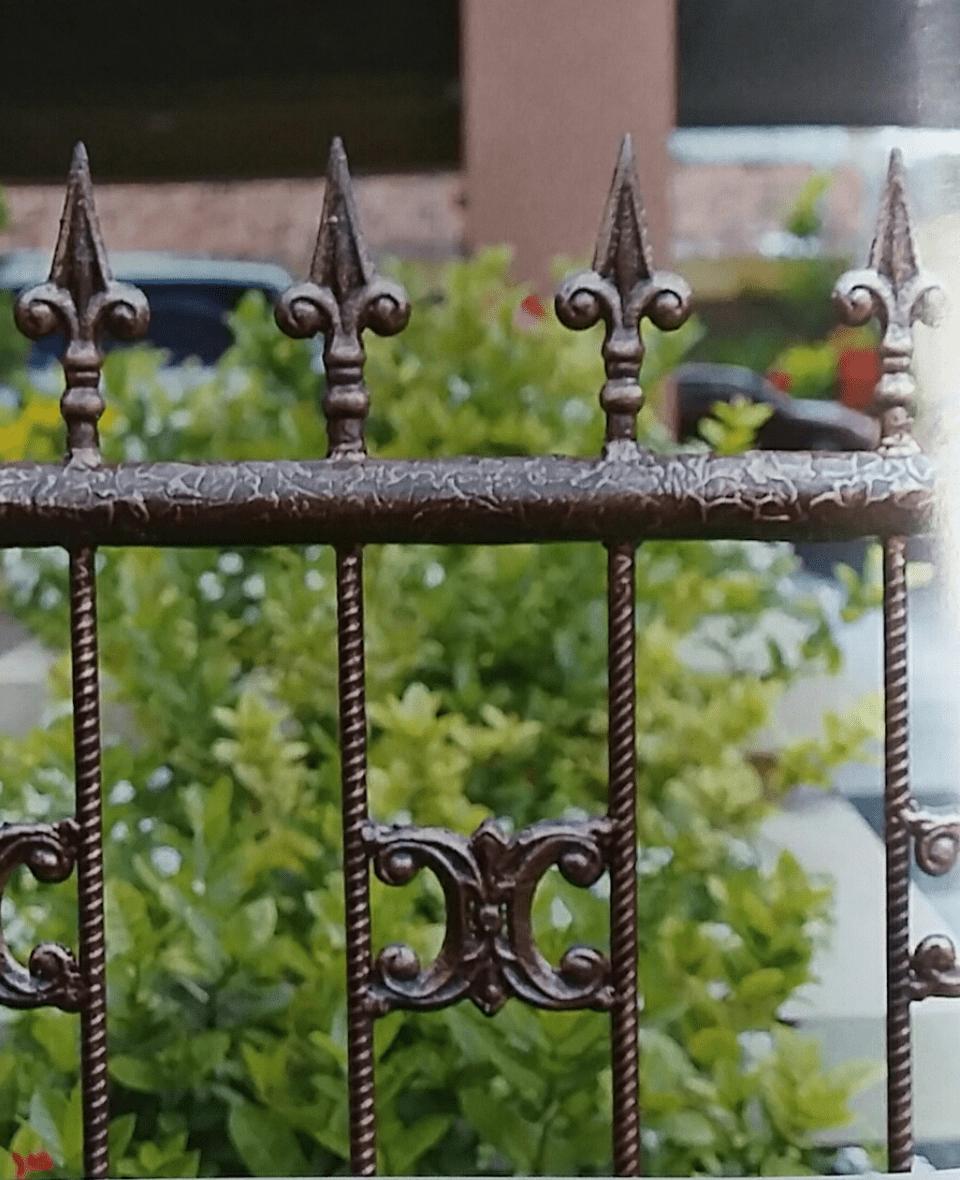 Pagar Besi dengan Efek Besi Tempa
