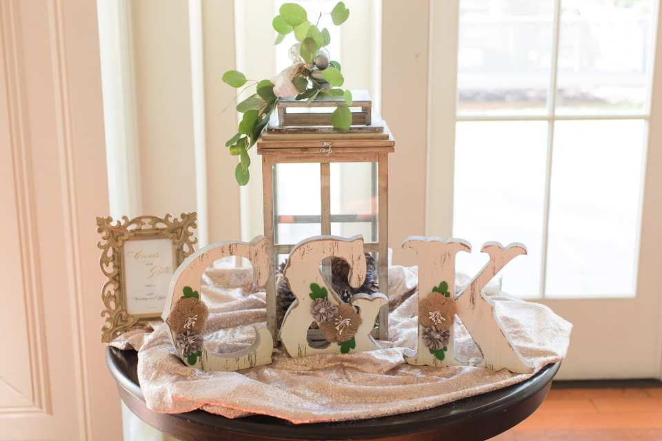 Wedding details: card and gift table display