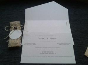 Convite artesanal com detalhes em juta. Papel reciclato 180grs