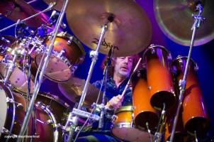 Drummer Simon Philips voegde een pop-aspect toe aan de muziek.