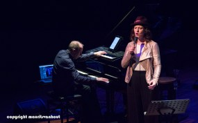 Faye Claassen treedt op in Theater Dakota in Den Haag, foto: Faye Claassen en links Karel Boehlee
