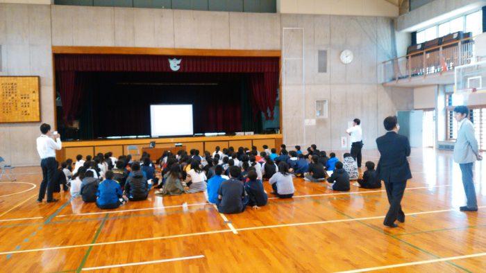 小学校の体育館での租税教室の様子。