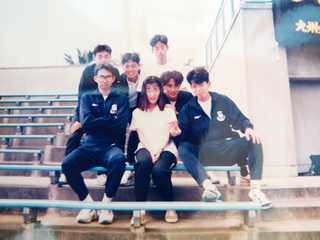 大学陸上部のチームメートと他校のマネージャーを囲んで。 陸上そっちのけで、女の子のことばっかり考えてました(笑) だから記録も伸びなかった。