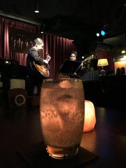 ある日のライブ。ツインギターとジントニック。「Parker's Mood Jazz Club」(那覇市久茂地3-9-11アーバンビル5F)