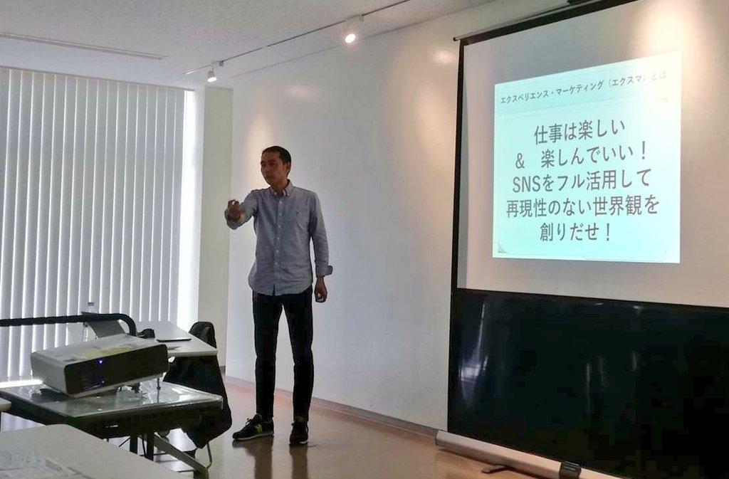SNSセミナー 「行政書士によるSNSマーケティング」 講演中のジャジー城間恒浩