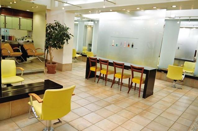 サロンはたっぷりと広い空間がお客様のために用意され、ウェイティングの時間もゆっくりとお過ごしいただけるように配慮されている