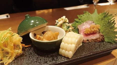 左から「糸瓜のナムル」「つぶ貝の旨煮」「ホワイトコーン」「鶏ささみとゴーヤのゴマ酢和え」「自家製ローストビーフ」。お肉の箸休めにアラカルトも豊富に揃えている