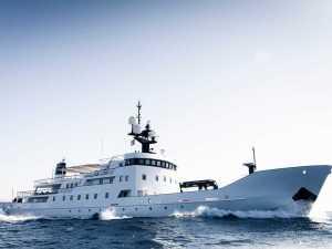 ロシアの軍艦を改造したスーパーヨットが販売中…その豪華な船内を見てみよう