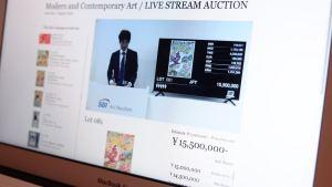 SBIのライブ配信型オークション「SBI Art Auction Live Stream」が開催。オークショニアの姿を動画で配信