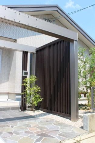 アプローチにLIXIL PLUS-Gで、ゲートと縦格子のスリットを使い、家の外壁や屋根との一体感を演出