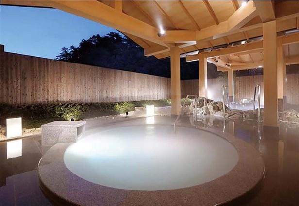 ミキモト コスメティックスとの共同開発によって誕生した「パールオーロラ風呂」は、隣接する和風旅館 潮路亭にある 真珠の持つ成分のパールコンキオリン、パールコラーゲンの保湿効果でしっとりとした潤いのある肌を実感できる