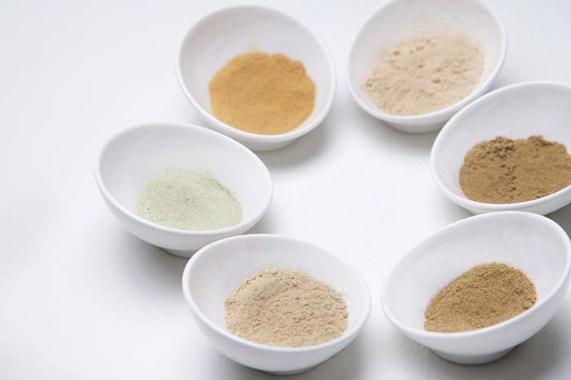 だし粉は、原料にストレスのかかる粉砕は行わず、熱をかけず丁寧に挽いていく「水冷臼式製法」で粉状に。素材そのものの香り、旨味が損なわれることなく、自然そのままの味をお愉しみいただける また、原料も国内産の厳選素材のみを使っている