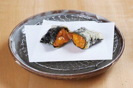 新鮮な生食用のうにを海苔で巻き、ミディアムレアな状態に仕上げた「うにの天ぷら」。噛み締めた途端口いっぱいに広がる、うまみと甘味が舌を喜ばせてくれる