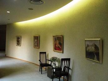 廊下は、絵画等が展示されるギャラリーを兼ねた回廊となっている