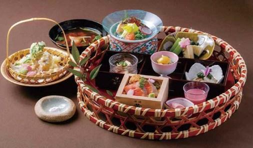 料理長が腕によりをかけるバラエティ豊かな料理も愉しみの一つ。「うれしの御膳」は、数量限定で旬の食材を活かし四季ごとに提供方法も変え、味や見栄えも愉しめる