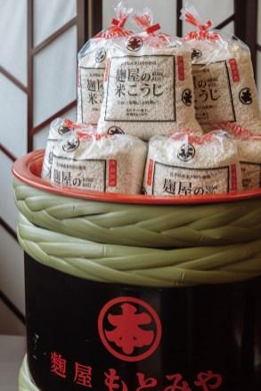 添加物や着色料を使わない米麹「生麹」。乾燥麹に比べ麹菌の力が強く、調理しやすいように細かく溶けやすくしている 「生 米こうじ」 1kg 1,296円(税込)