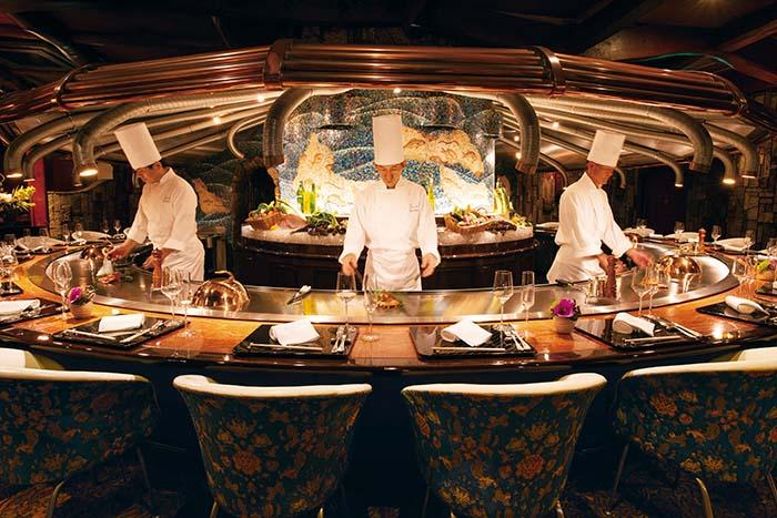 深海をイメージした本館のカウンター席。料理人の技をライブで愉しみながら洒脱な会話を