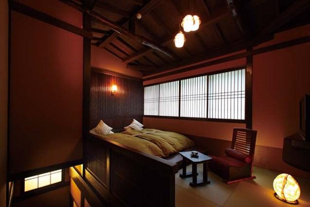1階2階それぞれに設けられた月見台から箱根の自然を望む、贅沢な造りの2階建て露天風呂付き特別室「山の灯」。当南部砂利洗い出し仕上げの露天風呂は、お2人様でもゆっくり浸かれるゆとりの広さだ