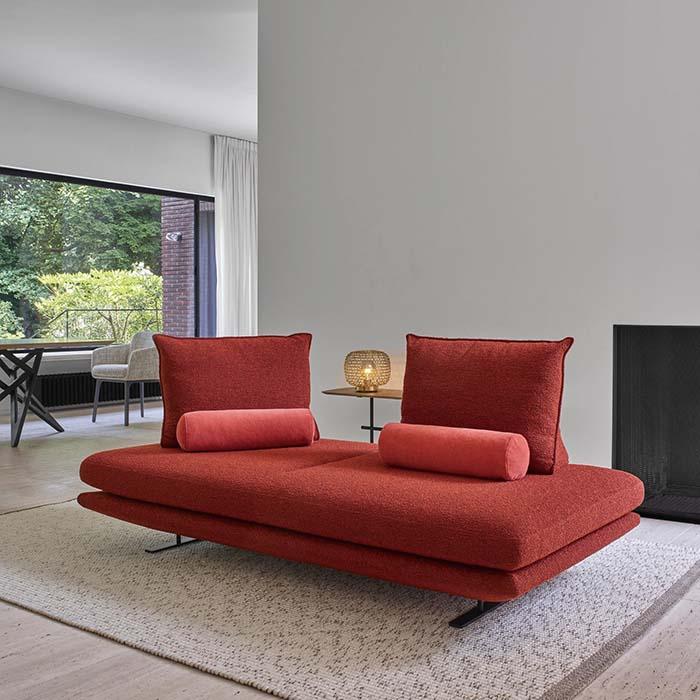 ドイツデザイン賞で最優秀賞を獲得した、リーン・ロゼ社の逸品「プラド」。背クッションを自由に動かせるのが特徴だ 2P ¥379,000~(税抜)