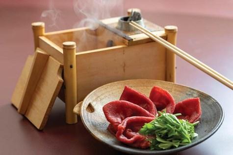 熟成しゃぶしゃぶやすきやき用のカットは、幅広いお料理に使えるためご贈答にもおすすめだ。250g 10,800円(税込)