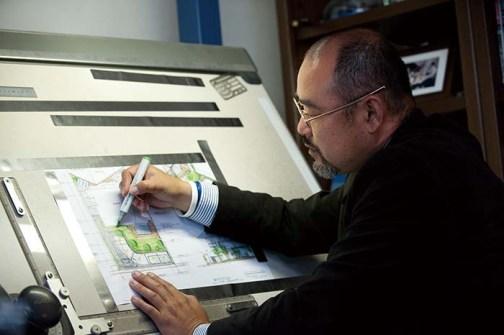 """角田氏は、「1級造園施工管理技士」「1級土木施工管理技士」「1級エクステリアプランナー」という、3つの1級資格を持つ全国でも数少ない""""三ツ星ガーデンデザイナー""""。「オリジナルデザインを生み出す為には必然」のことだと言う。全て温かみの感じられる手描きのデザイン図面で提案してくれる"""
