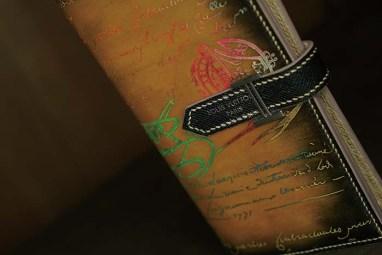 Berluti×HERMES Bearn×LOUIS VUITTONのカスタムメイド長財布。本家も不可能なカリグラフィーにマルチカラー蛍光パティーヌで独創的な仕上がり。ゴールデン&プラチナもパティーヌされている事がわかる