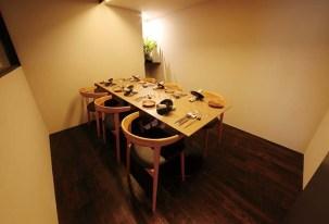 カウンター席、テーブル席、個室の3種類で構成された店内は、シンプルかつ洗練されており、細部に至る演出まで粋だ