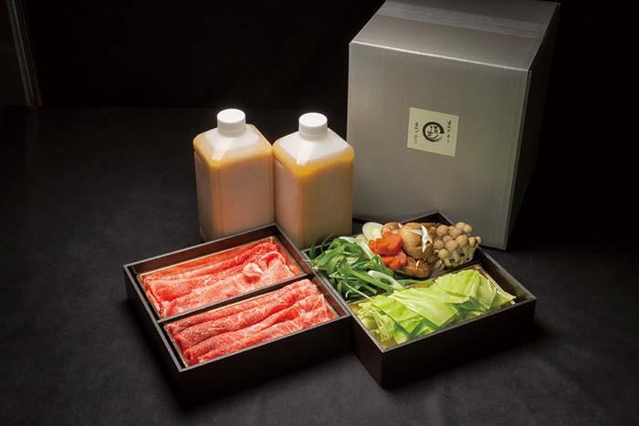 肉、野菜、スープの全てがセットになった近江牛鍋セット(近江牛500g・滋賀県産有機野菜・300g・極旨スープ1000cc×2)16,200円(税込)。米と麹で1年越しで仕込んだ味噌に、高島市マキノ町の栗等で独特のコクを引き出したオリジナルの味噌を使った特製味噌スープが絶品