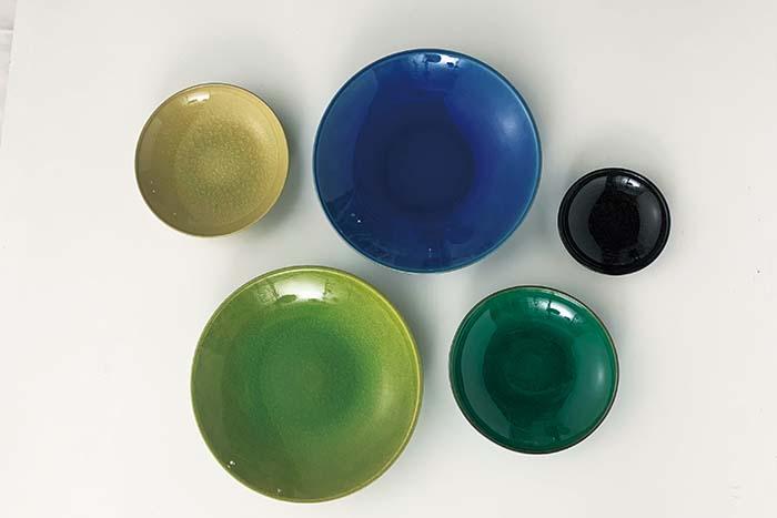 宝石のパワーに思いを込め、ラピスラズリ・ムーンストーン・ペリドット・エメラルド・オニキスを表現した、光と色で遊ぶ器。美しい色が食卓を華やかに彩る 「Jewel」シリーズ 1,000円〜