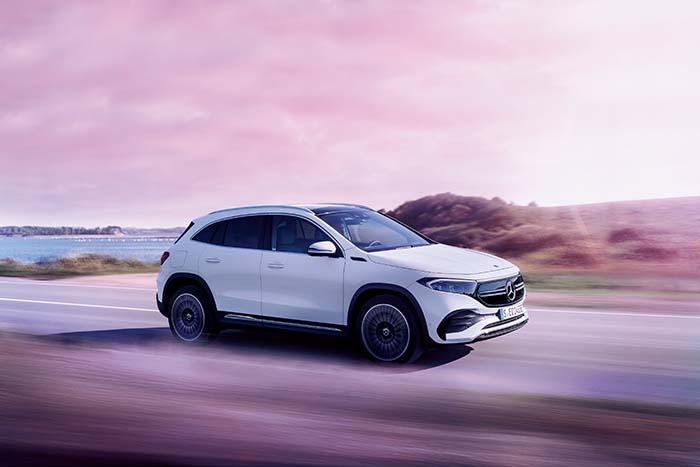 一目で虜になる。一緒に過ごしたくなる美しさ。メルセデスの新しい電気自動車ブランド、「Mercedes-EQ」。その新たな一歩となるコンパクトSUVモデルが、新型EQA。大面積のブラックパネルグリル、フロント・リアのワイドなLEDライトと共に、プログレッシブラグジュアリーを表現したエクステリアを装備。さらに、命より大切なものはないというメルセデスの哲学を受け継ぐ、世界最高水準の安全性能を搭載。メルセデスの最先端テクノロジーが実現する、非常に滑らかで、意のままにダイナミックな走りも愉しめる。新型EQAは、その全てがあなたの毎日に自然に溶け込む電気自動車の新しいスタンダード EQA 250 車両本体価格 6,400,000円〜