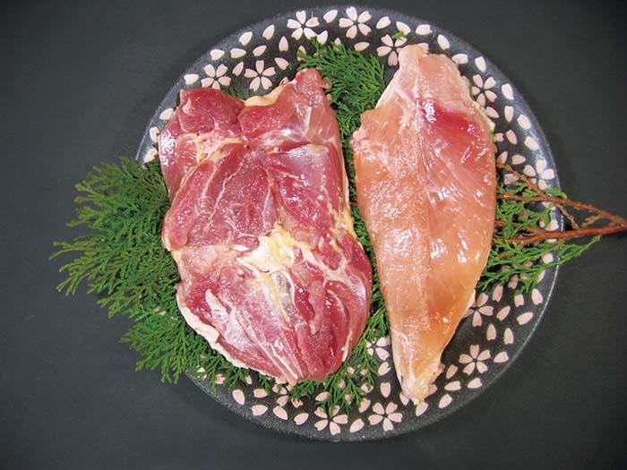 肉はうっすらと赤みを帯び強い弾力とコクの深い旨みがブランド鶏としての地位を確立している。純粋種を守り、その肉質を作り出すために厳格な管理の下、一羽一羽丁寧に育てられ、愛知県内で飼育・処理されたものだけが高級食材〈名古屋コーチン〉の名を与えられる